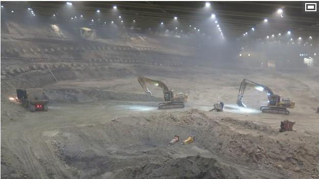 Bei einem tiefer gehenden Aushub in der Sondermü'lldeponie ist die riesige Abbauhalle einsturzgefährdet