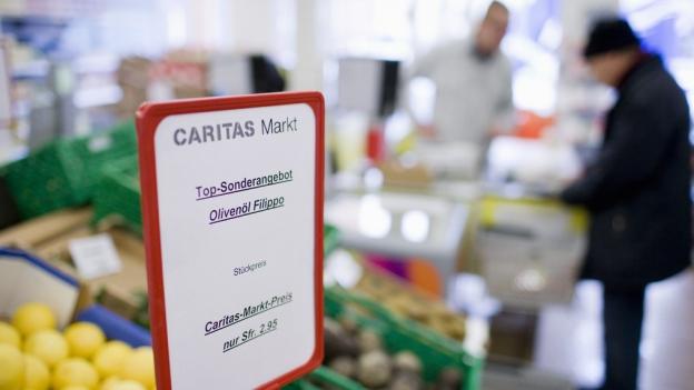 Sozialhilfebezüger beim Einkaufen im Caritas Markt