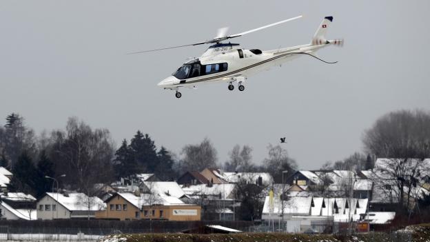 Ein Helikopter hebt nach Davos ab.