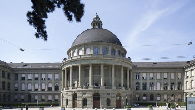 Ein historisches Gebäude mit einer Kuppel in der Mitte.