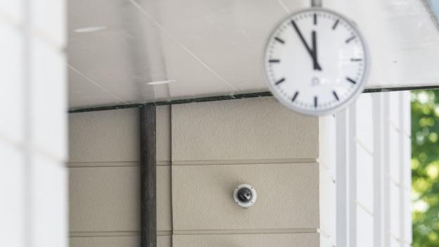 Videokameras sind an den Wänden einer Schule in Zürich befestigt.