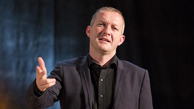 Simon Enzler an der «Zytlupe Live» im Radiostudio Zürich