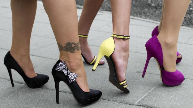Wer gerne stöckelt, der kann zumindest seine Knöchel durch breitere Absätze schonen. Varianten mit guter Fersenverstärkung schützen besser als solche mit losen Bändeln, die dem Knöchel kaum Halt geben. Der Vorfuss ist für einen Schuh dankbar, der vorne nicht allzu spitz zuläuft.