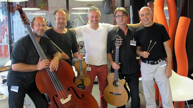 Strassenmusik für einmal im Studio: Das Gypsy String Quartet «Domino» mit Moderator Dani Fohrler.