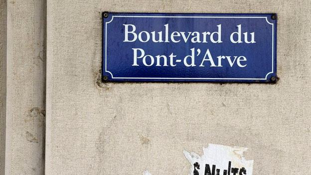 Auch in Genf hängen noch schöne alte Strassenschilder.
