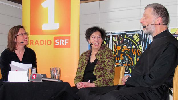 Katharina Kilchenmann (links) im Gespräch mit der Architektin Marina Gerber und Peter von Sury.