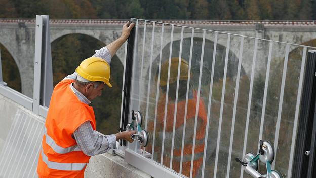 Als Massnahme gegen Suizide monGlassicherheitswände auf der Tobelbrücke über die Lorze zwischen Zug und Menziken.
