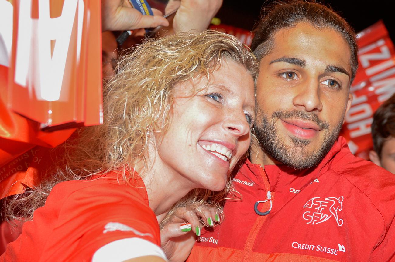 Ricardo Rodriguez mit weiblichem Fan.