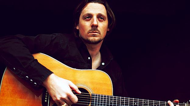 Sturgill Simpson mit Gitarre.