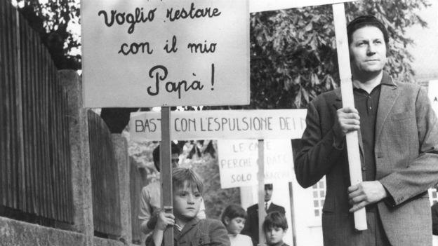 Kleines Kind und Mann demonstrieren gegen Verbot des Familiennachzuges