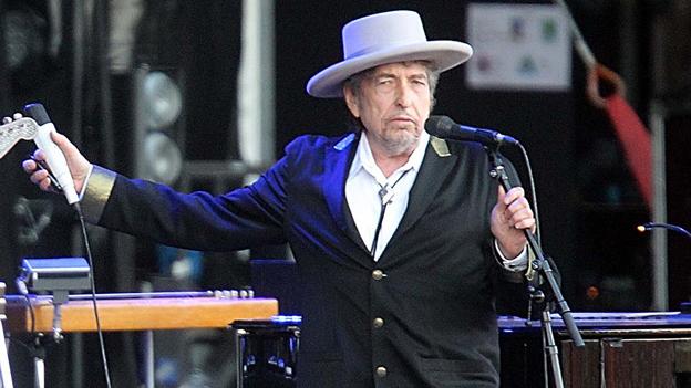 Bob Dylan mit Hut auf der Bühne.