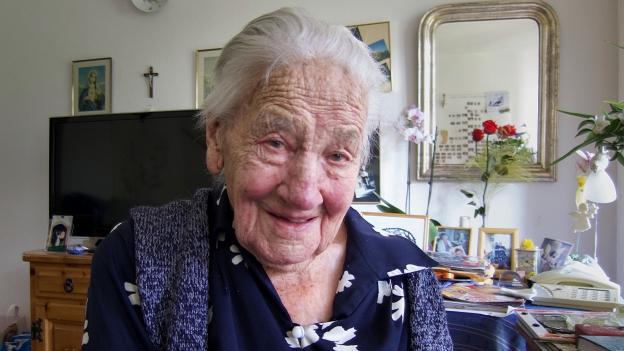 Margrit Julier, eine 103 Jahre alte Walliserin, sitzt in ihrem Zimmer im Altersheim.