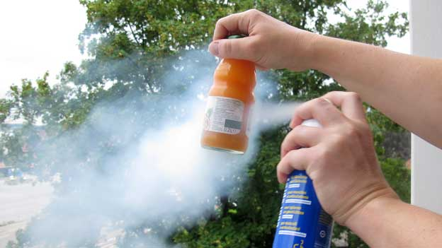 Ein Getränk wird mit dem Eisspray besprüht.