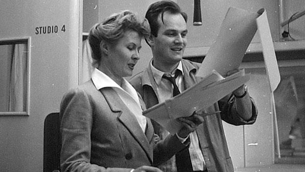 Anne-Marie Blanc und eine unbekannte Persönlichkeit bei einer Hörspiel-Aufnahme von 1957.