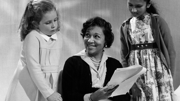 Elizabeth Welch bei einer Probe mit zwei Kindern.