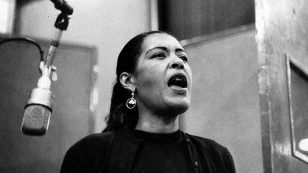 Billie Holiday bei Studioaufnahmen, undatiertes Foto.