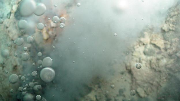 Bildlegende: Ursprung in unwirtlichen Regionen: Heisse ozeanische Quellen sind vermutlich die Wiege des ersten Lebens auf der Erde.