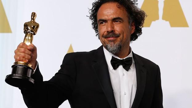 Alejandro Iñárritu posiert stolz mit seiner goldenen Oscar-Trophäe für die Fotografen.