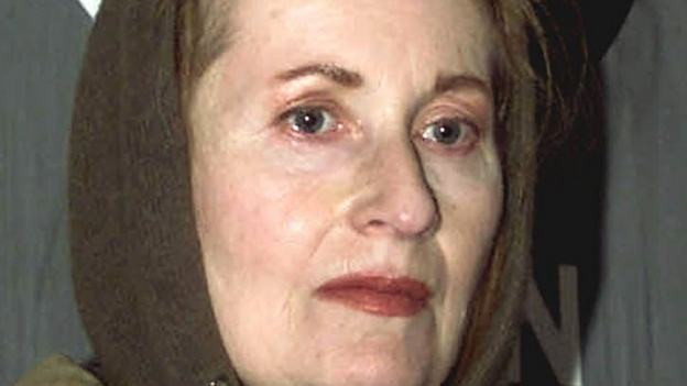Eine Frau mit Kapuze.