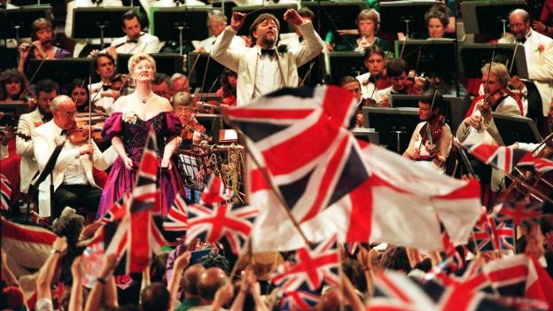 Symbolbild: Royal Albert Hall während eines Konzertes mit Union Jacks.