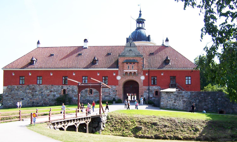 Schloss Gripshol heute: der Eingang eines rötlichen Schlosses.