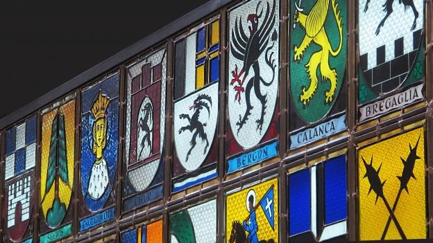 Die Wappen der 39 Kreise im Bündner Grossratssaal.