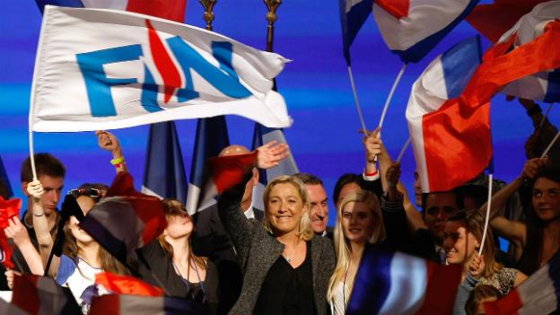 Marine Le Pen umgeben von Anhägern bei einem Parteitreffen des Front National im September 2013.