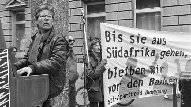 Demonstranten protestieren 1989 gegen Wirtschaftsbeziehungen der Schweiz mit Apartheidsregime in Südafrika