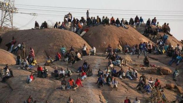Streikende Arbeiter in der Marikana-Mine in Südafrika.