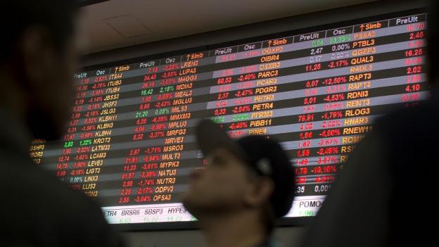 Eine Elektronische Tafel zeigt die brasilianischen Börsenkurse an.
