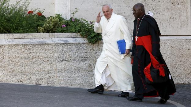 Zu sehen ist Papst Franziskus (mit Erzbischof Philippe Nakellentuba Ouedraogo aus Burkino Faso) während der Bischofssynode in Rom letzte Woche.