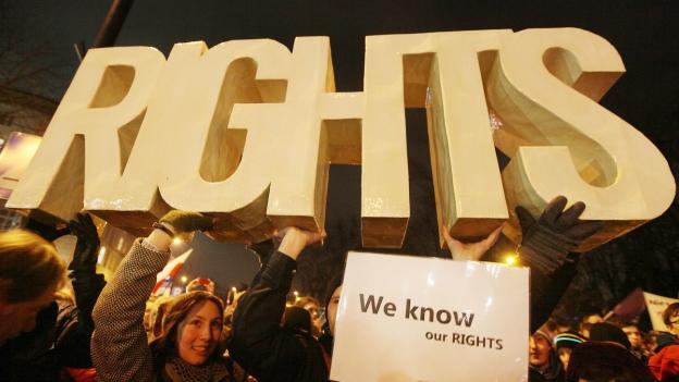 Gegner der neuen polnischen Regierung demonstrieren vor dem Verfassungsgericht.