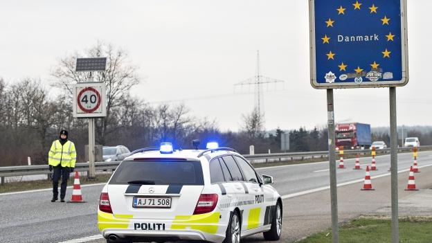 Auto auf Autobahn vor einem Grenzschild Dänemarks.