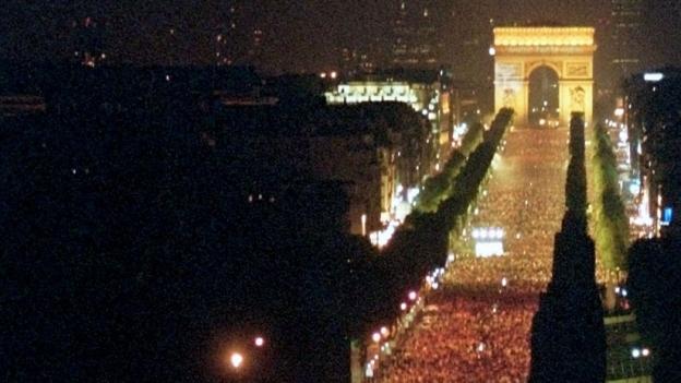 Luftaufnahme der Champs Elysées voller Menschen und bei Nacht an der EM im Jahr 2000.