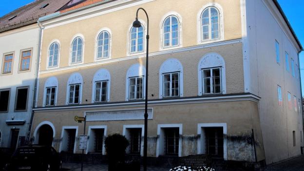 Das Bild zeigt das Geburtshaus von Adolf Hitler in Braunau.