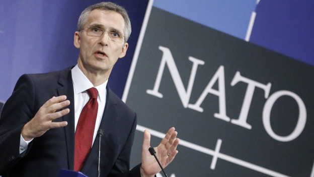Das Bild zeigt den Nato-Generalsekretär Jens Stoltenberg vor dem NATO-Banner, wie er eine Rede hält.