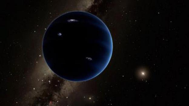Ein dunkler, leicht bläulicher Planet, der etwas an Neptun erinnert.
