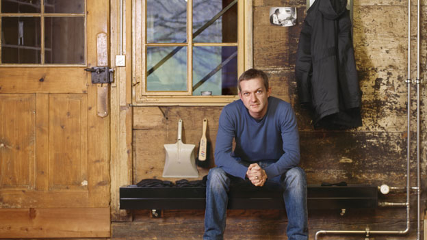 Der Schweizer Kabarettist Simon Enzler am 22. Januar 2007 in seiner Wohnung in Appenzell.