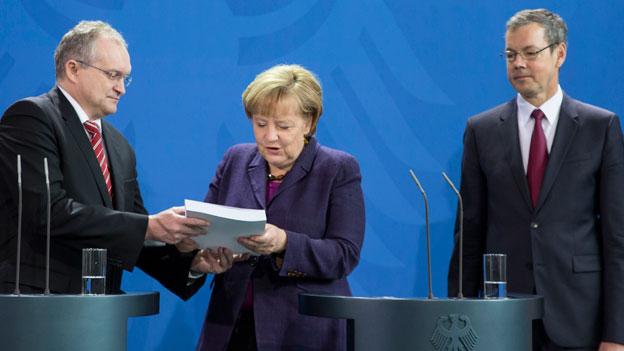 Peter Bofinger berät die deutsche Regierung. Im Bild: Christoph M. Schmidt,  Vorsitzender des Sachverständigenrates, Angela Merkel, Bundeskanzlerin (Mitte), Peter Bofinger.