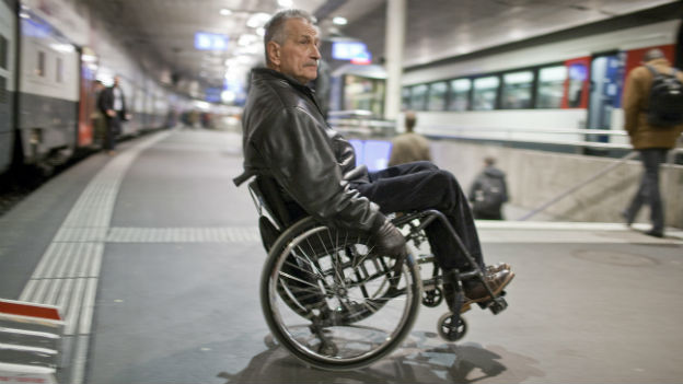 Ein Mann im Rollstuhl auf einem Bahnhofperron in Bern.