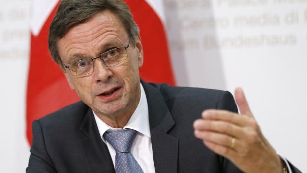 Käser spricht an einer Medienkonfererenz am 21. Okt. 2015 in Bern.