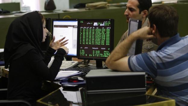 Iranische Börsenhändler diskutieren an der Börse in Teheran.
