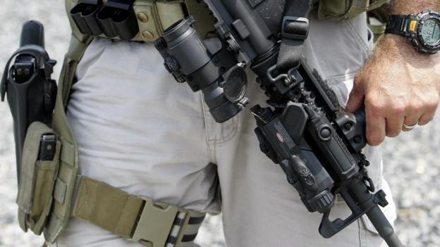Mann mit automatischer Waffe.