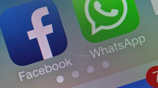 Blick auf ein Smartphone mit Facebook- und Whatsapp-Icons.