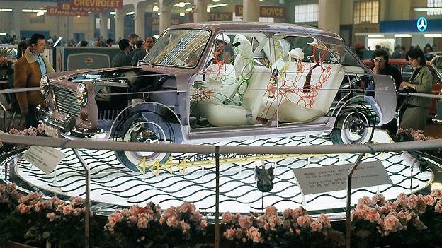Ein in Szene gesetzter Kleinwagen am Auto-Salon 1968. Natürlich standen die Automobile im Mittelpunkt des Salons, auf dem 1968er Plakat sollten sie aber nicht zu sehen sein.