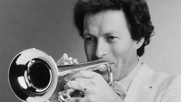 Schwarz-Weiss Fotografie von Beny Rehman beim Trompetenspiel.