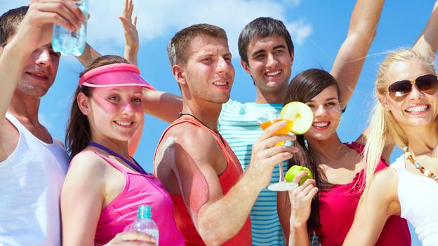 Junge Menschen vergnügen sich an einem Sommertag auf einer Party.
