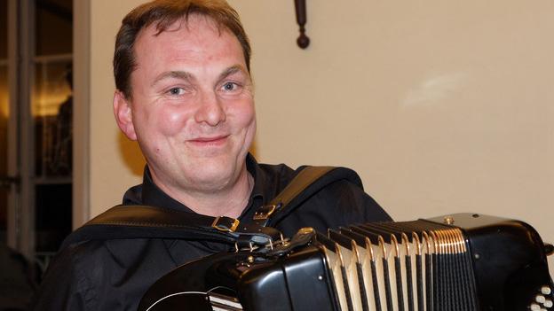 Ein Akkordeonist während eines Auftritts.