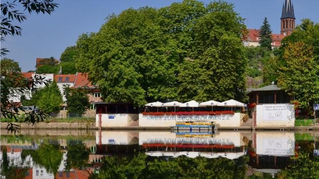 Gasthaus an Flussufer.