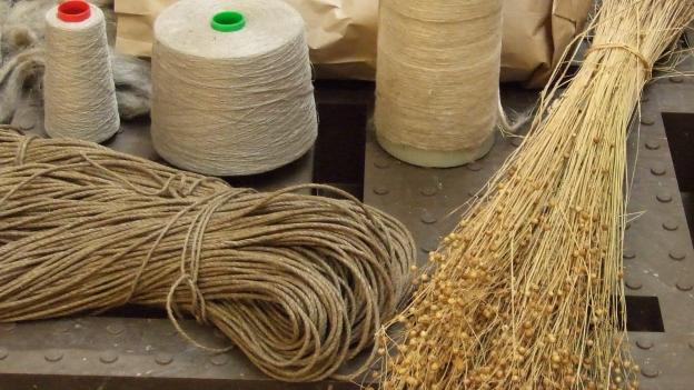 Flachs neben Seil und Fadenspule.